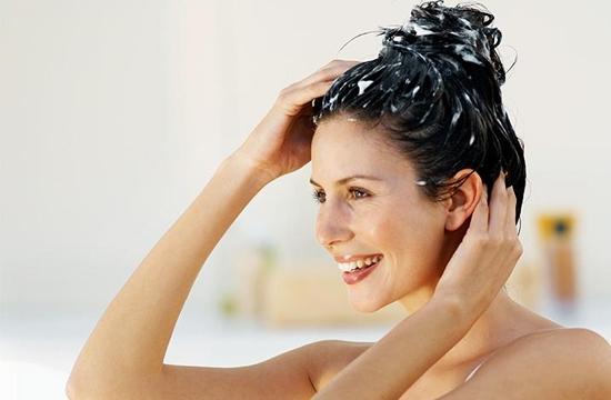 Como hidratar os cabelos em casa sozinha