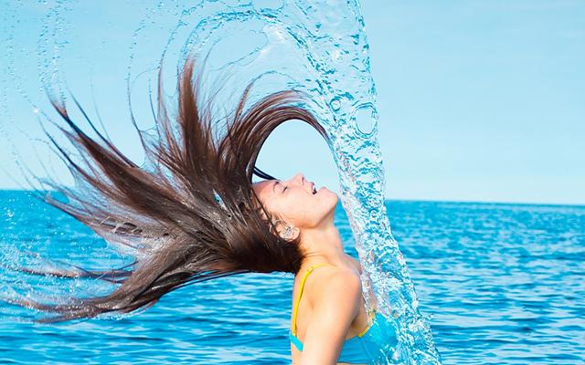 porque-o-cabelo-desbota-na-praia-ou-piscina