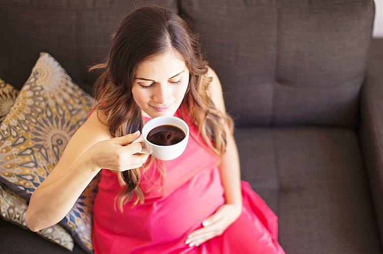 gravida-tomando-cafe