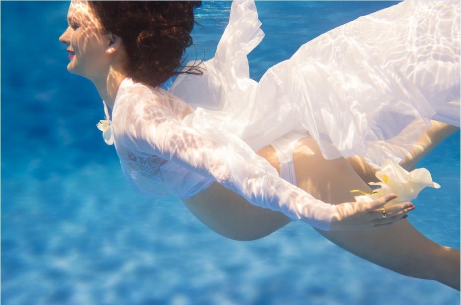 book-aquatico-gestante-em-baixo-da-agua