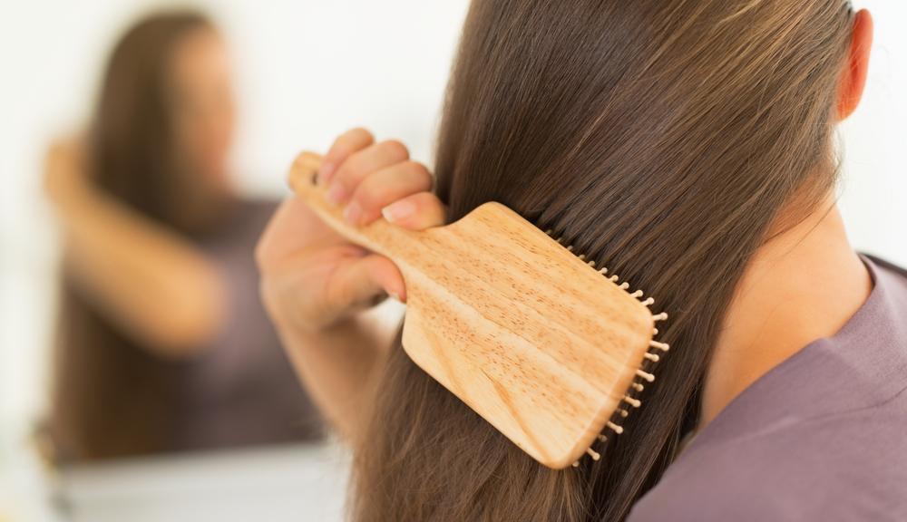 maus-habitos-que-podem-causar-frizz-no-cabelo-escova-errada