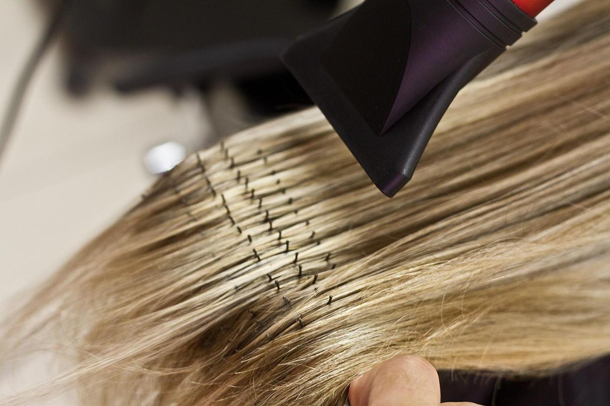 maus-habitos-que-podem-causar-frizz-no-cabelo-secador