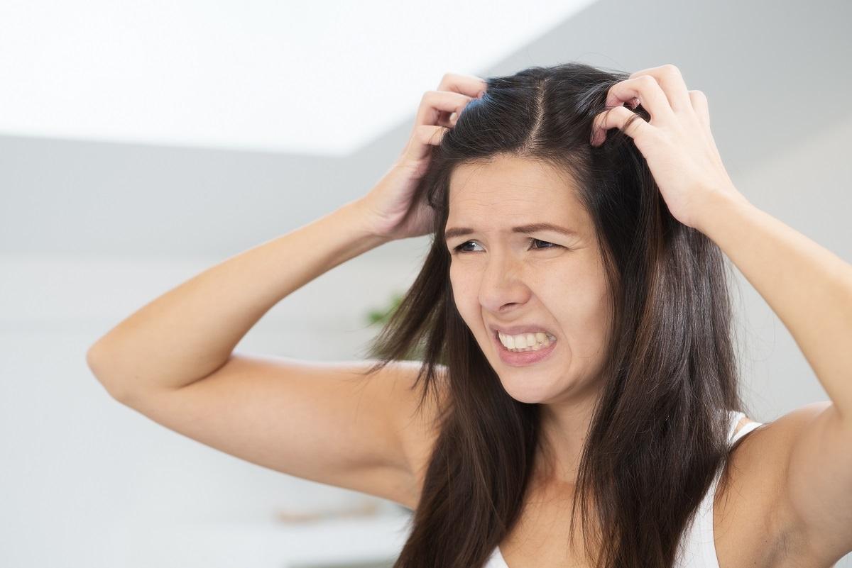 erros-que-fazem-o-cabelo-cair-mais-caspa