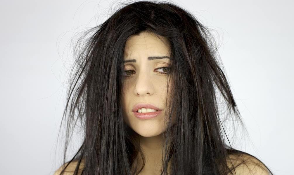 erros-que-fazem-o-cabelo-cair-mais-demorar-para-lavar