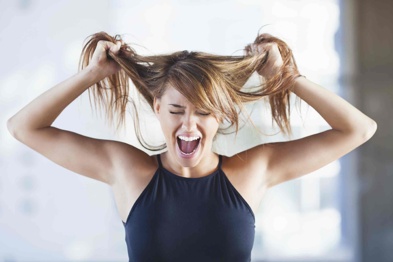 erros-que-fazem-o-cabelo-cair-mais-estresse