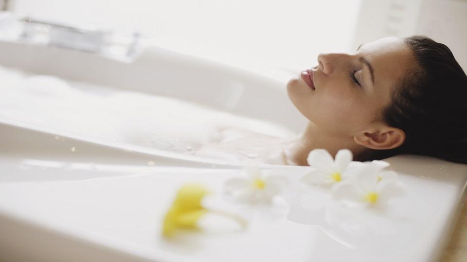 oleo-de-pracaxi-beneficios-e-propriedades-para-os-cabelos-e-pele-banho-relaxante