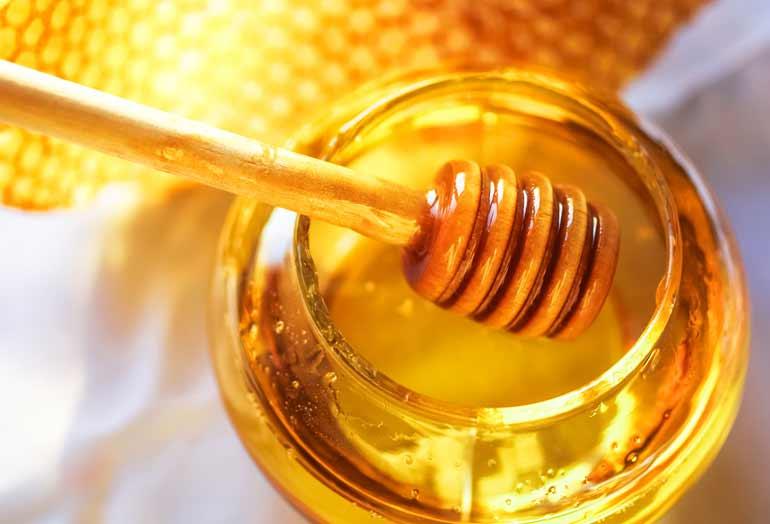 hidratacao-poderosa-de-maizena-e-gelatina-para-cabelos-ressecados-sem-brilho-com-frizz-e-sem-balanco-mel