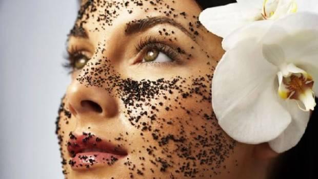mascara-facial-dois-em-um-esfoliante-e-super-hidratante-para-clarear-manchas-deixar-a-pele-mais-vicosa-e-amenizar-rugas-aplicacao