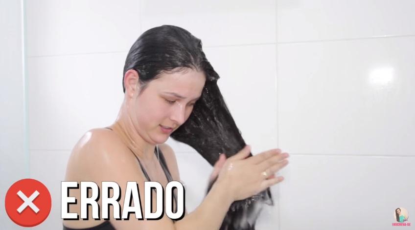 10-erros-que-voce-comete-ao-lavar-os-cabelos-pare-agora-esfregar-o-cabelo