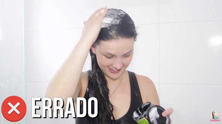 10-erros-que-voce-comete-ao-lavar-os-cabelos-pare-agora-mascara-no-couro-cabeludo