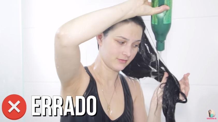 10-erros-que-voce-comete-ao-lavar-os-cabelos-pare-agora-shampoo