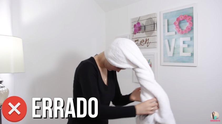 10-erros-que-voce-comete-ao-lavar-os-cabelos-pare-agora-toalha