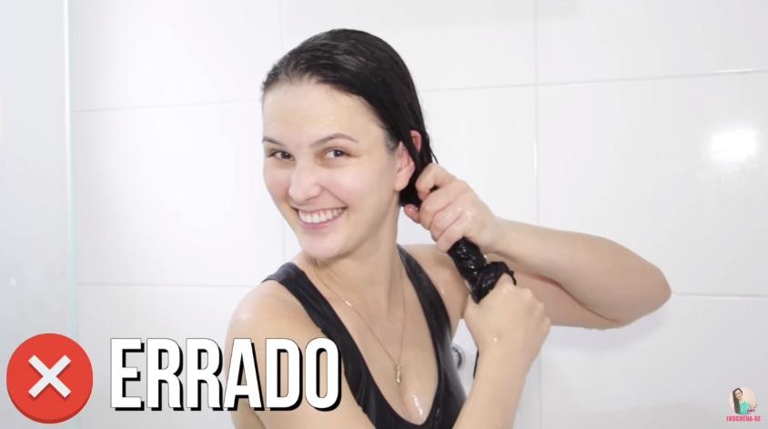 10-erros-que-voce-comete-ao-lavar-os-cabelos-pare-agora-torcer-o-cabelo