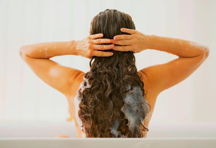 como-acelerar-o-crescimento-do-cabelo-cacheado-lavagem
