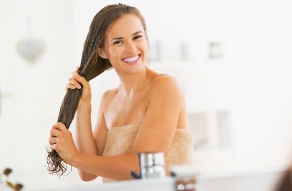 hidratacao-caseira-para-cabelos-ressecados-com-pontas-duplas-e-desalinhados-aplicacao