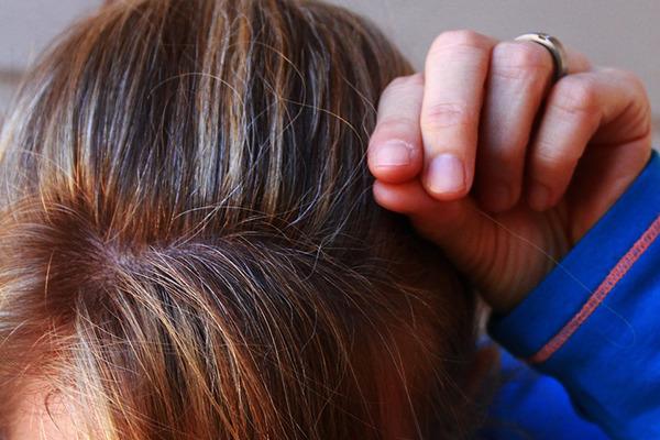 porque-o-cabelo-fica-branco-fios-arrancar