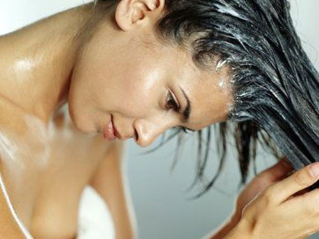 porque-o-cabelo-fica-oleoso-condicionador