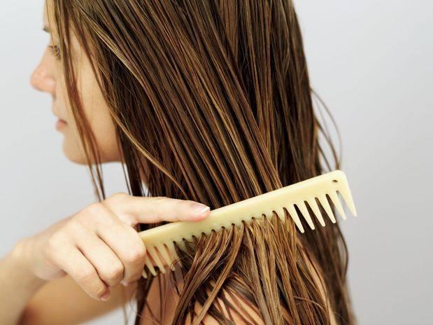 porque-o-cabelo-fica-oleoso-pentear
