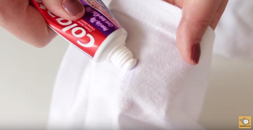 7-truques-incriveis-com-pasta-de-dente-camisa