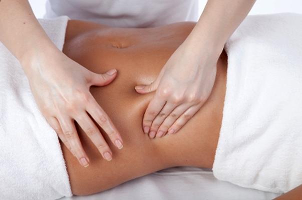 como-acabar-com-o-inchaco-do-corpo-fazendo-uma-massagem-linfatica-caseira-abdomen