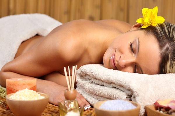 como-acabar-com-o-inchaco-do-corpo-fazendo-uma-massagem-linfatica-caseira-ambiente