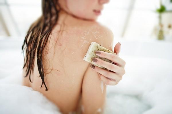 como-acabar-com-o-inchaco-do-corpo-fazendo-uma-massagem-linfatica-caseira-banho-esfoliacao