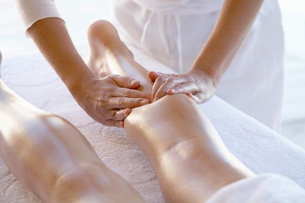 como-acabar-com-o-inchaco-do-corpo-fazendo-uma-massagem-linfatica-caseira-pernas