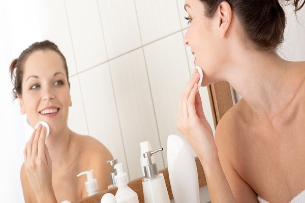 conheca-alguns-cuidados-simples-para-manter-a-sua-pele-saudavel-e-muito-bonita-demaquilar