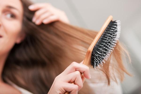 triconodose-nos-no-cabelo-porque-eles-surgem-causas-e-tratamentos-escova