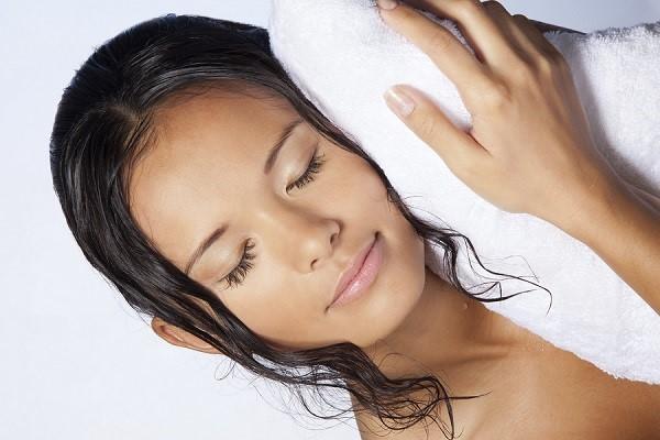 triconodose-nos-no-cabelo-porque-eles-surgem-causas-e-tratamentos-molhado
