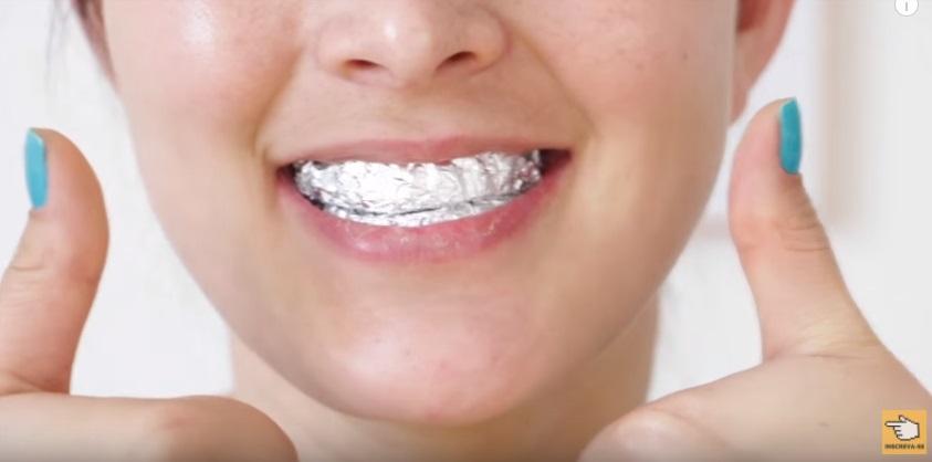 dez-maneiras-de-clarear-os-dentes-em-casa-naturalmente-em-dois-minutos-papel-aluminio