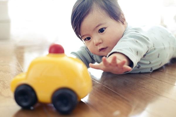 maneiras-simples-para-estimular-o-bebe-a-comecar-a-falar-brinquedo
