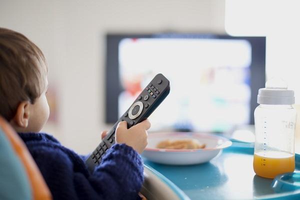 maneiras-simples-para-estimular-o-bebe-a-comecar-a-falar-televisao