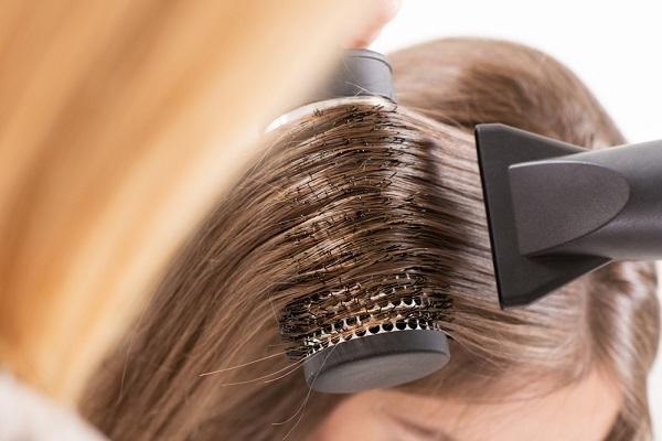 conheca-algumas-situacoes-que-so-quem-tem-cabelo-oleoso-enfrenta-escova