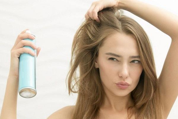 conheca-algumas-situacoes-que-so-quem-tem-cabelo-oleoso-enfrenta-shampoo-seco