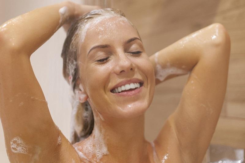 o-que-fazer-quando-o-cabelo-esta-caindo-muito-lavagem