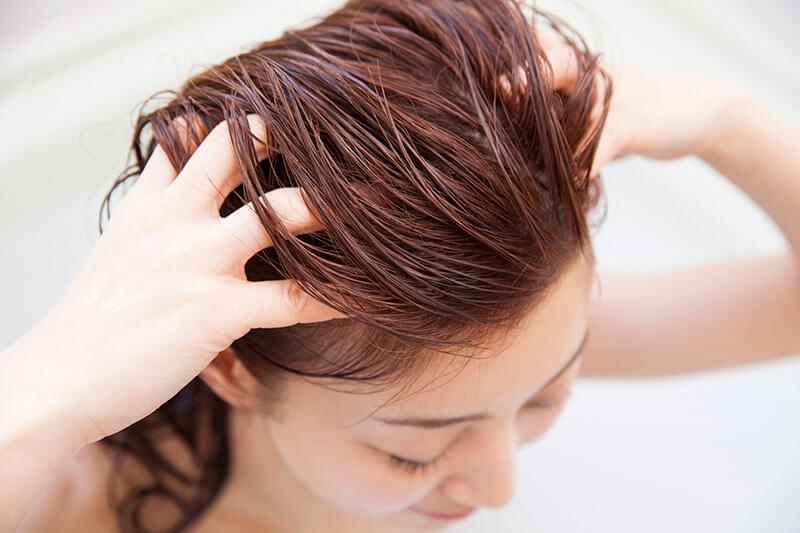 o-que-fazer-quando-o-cabelo-esta-caindo-muito-peeling