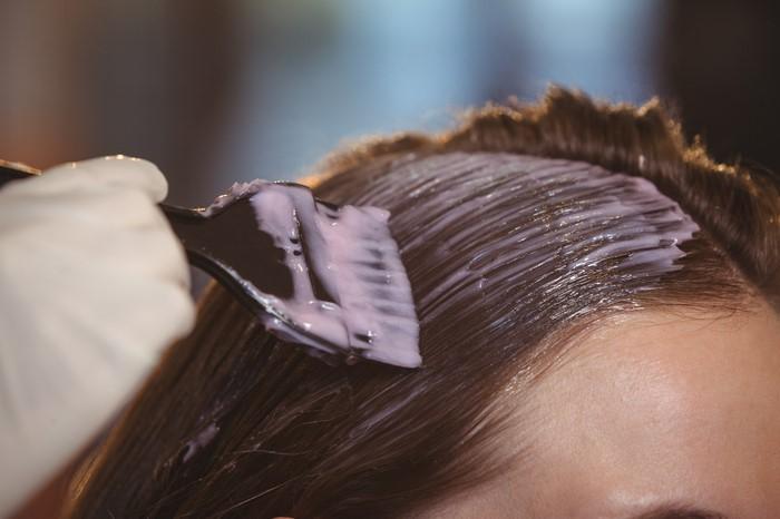 cabelo-com-crescimento-assimetrico-qual-e-o-motivo-dicas-para-igualar-os-fios-quimica-aplicacao