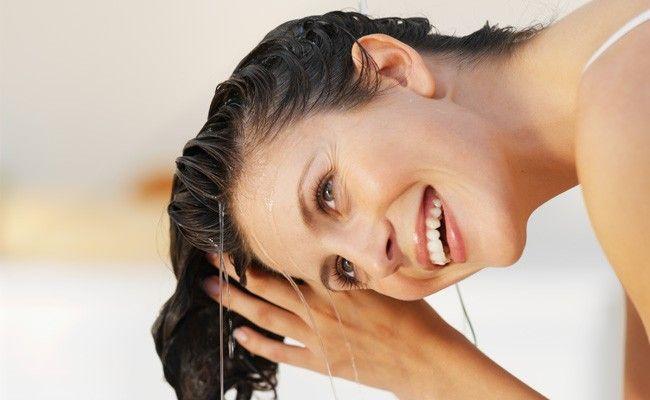 9-habitos-comuns-que-danificam-seus-cabelos-todo-os-dias-lavar