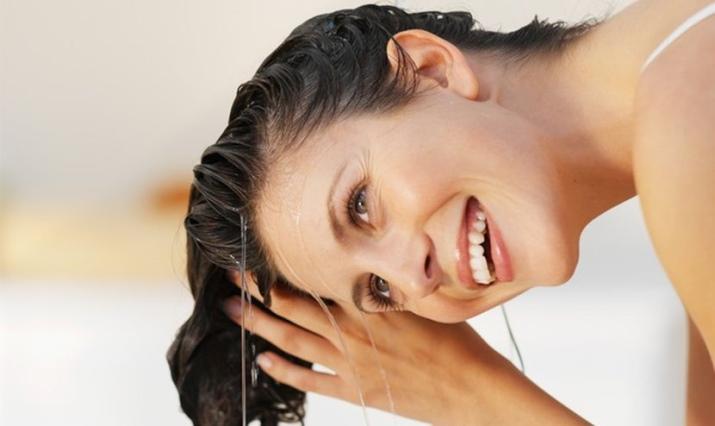 5-coisas-que-voce-nao-deve-fazer-de-jeito-nenhum-no-seu-cabelo-agua