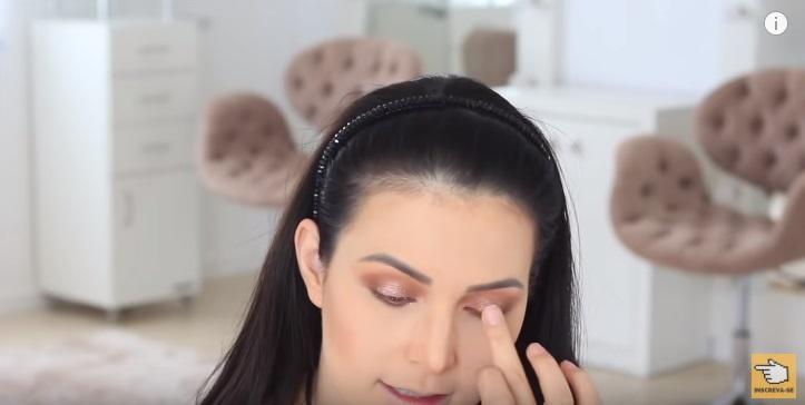 maquiagem-para-iniciantes-2-como-fazer-make-para-noite-festa-sombra-glitter