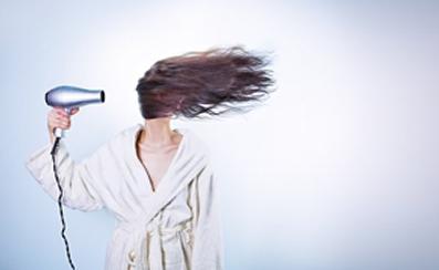 Secar o cabelo levantando a raiz