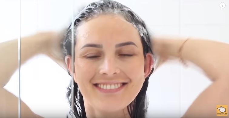 10-cuidados-ignorados-pelas-mulheres-que-podem-deixar-seu-cabelo-longo-e-bonito-shampoo
