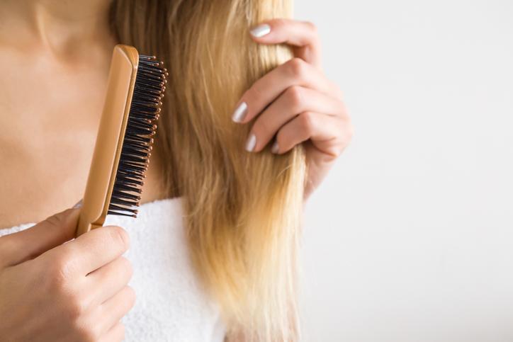 o-que-pode-deixar-o-cabelo-elastico-e-como-recuperar-escova