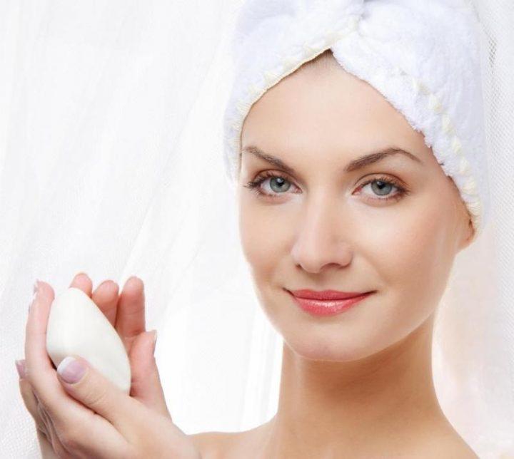 erros-fatais-que-envelhecem-o-seu-rosto-mais-rapido-e-causam-rugas-sabonete