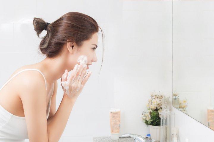 pele-oleosa-como-escolher-o-hidratante-correto-e-como-cuidar-sabonete